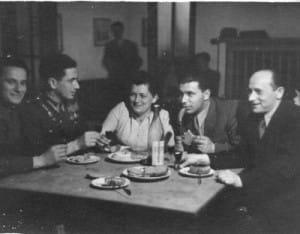 Od lewej siedzą: Zelig Goldstein, Mordechaj Koper, przyjaciel Izaaka Birnbauma ze szkoły garbarskiej w Radomiu, NN, Izaak Birnbaum, Kleinman (imię nieznane), około 1945 roku.