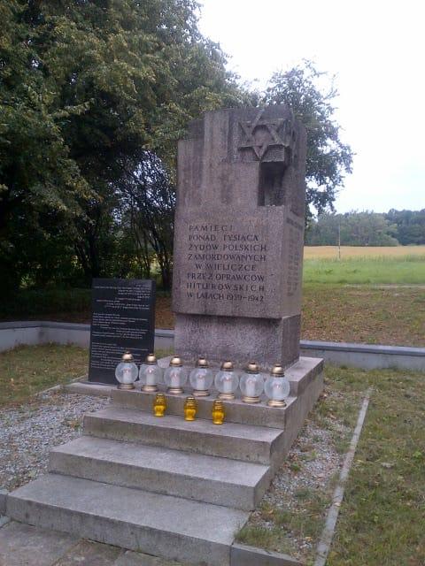 Pomnik na cmentarzu w Grabówkach poświęcony pomordowanym przez Niemców w latach 1939-1942 Żydom z Wieliczki i okolicznych miejscowości